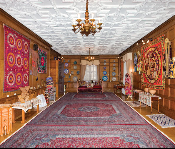 The former library, now the Gallery of Ethnographic Art, showcases objects from the rich cultural heritage of the Republic of Uzbekistan. The collection is constantly expanding due to gifts from visiting delegations, prominent artists, individual donors, and embassy personnel.