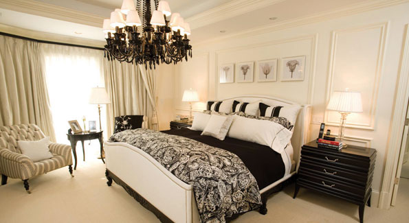 Black and white color schemes often hit stark, modern, graphic notes, but here they blend seamlessly with an effect that is both unexpected and comfortable