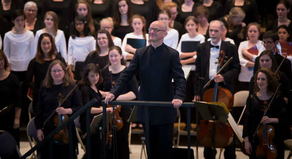 """Choralis composer in residence Bob Chilcott acknowledges the applause of the audience after the performance of his """"Salisbury Vespers.""""  (Photo Credit:  Arts Laureate)"""
